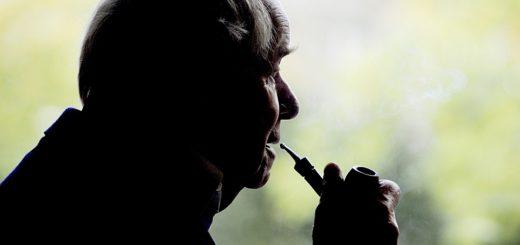 ARCHIV - Der Schriftsteller Siegfried Lenz raucht am 15.09.2009 in Hamburg wŠhrend eines Interviews seine Pfeife.  Der bedeutende Autor der deutschen Nachkriegsliteratur starb am 07.10.2014 im Kreise der Familie, wie der Verlag Hoffmann und Campe mitteilte. Foto: Maurizio Gambarini dpa +++(c) dpa - Bildfunk+++